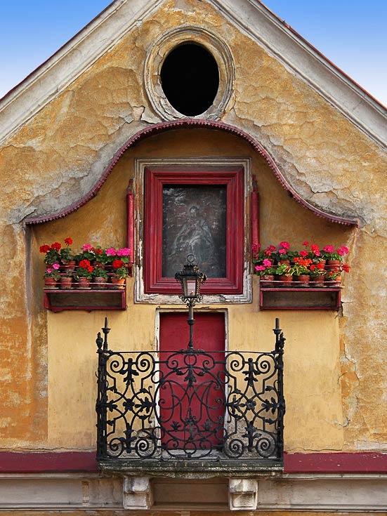 """Až příště půjdete po Karlově mostu, zastavte se u schodů vedoucích dolů na Kampu a pohlédněte na dům čp. 514/9 zvaný """"U obrázku Panny Marie"""". Na jeho fasádě uzříte velmi […]"""
