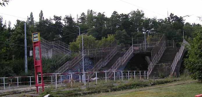 Jako smutný památník těchto megalomanských sportovních akcí, zarůstají nedaleko Pohořelce dvě tramvajové smyčky Královka a Dlabačov, které jsou na dohled jedna od druhé a sousedí se strahovským sportovním stadionem, kde […]