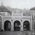 Po levé straně zaslepená stará brána.