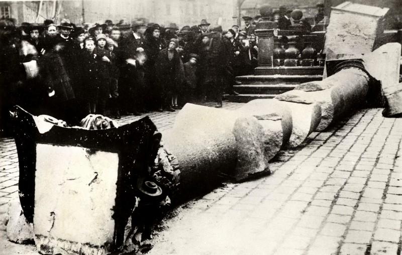 Krátce k historii Jak nejspíše mnozí ví, na Staroměstském náměstí stával mariánský sloup (foto 1), stržený roku 1918 rozvášněným davem. Byl prvním svého druhu a inspiroval poté desítky a desítky […]